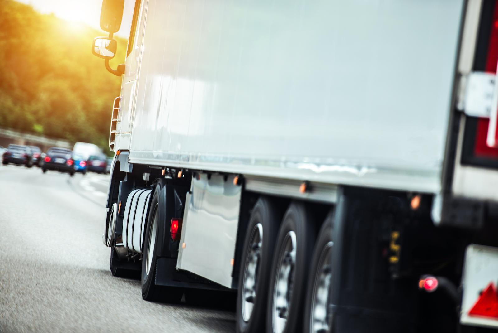 Sattelzug auf der Autobahn, Fahrer brauchen Geduld